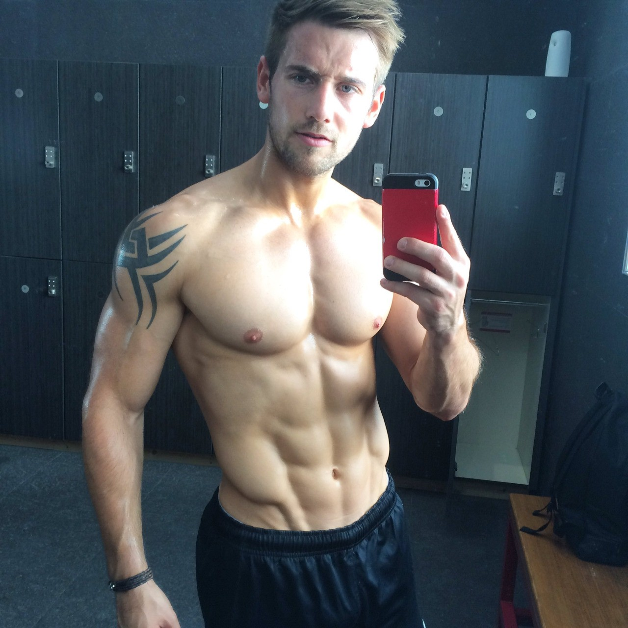 sexy-shirtless-selfie-man