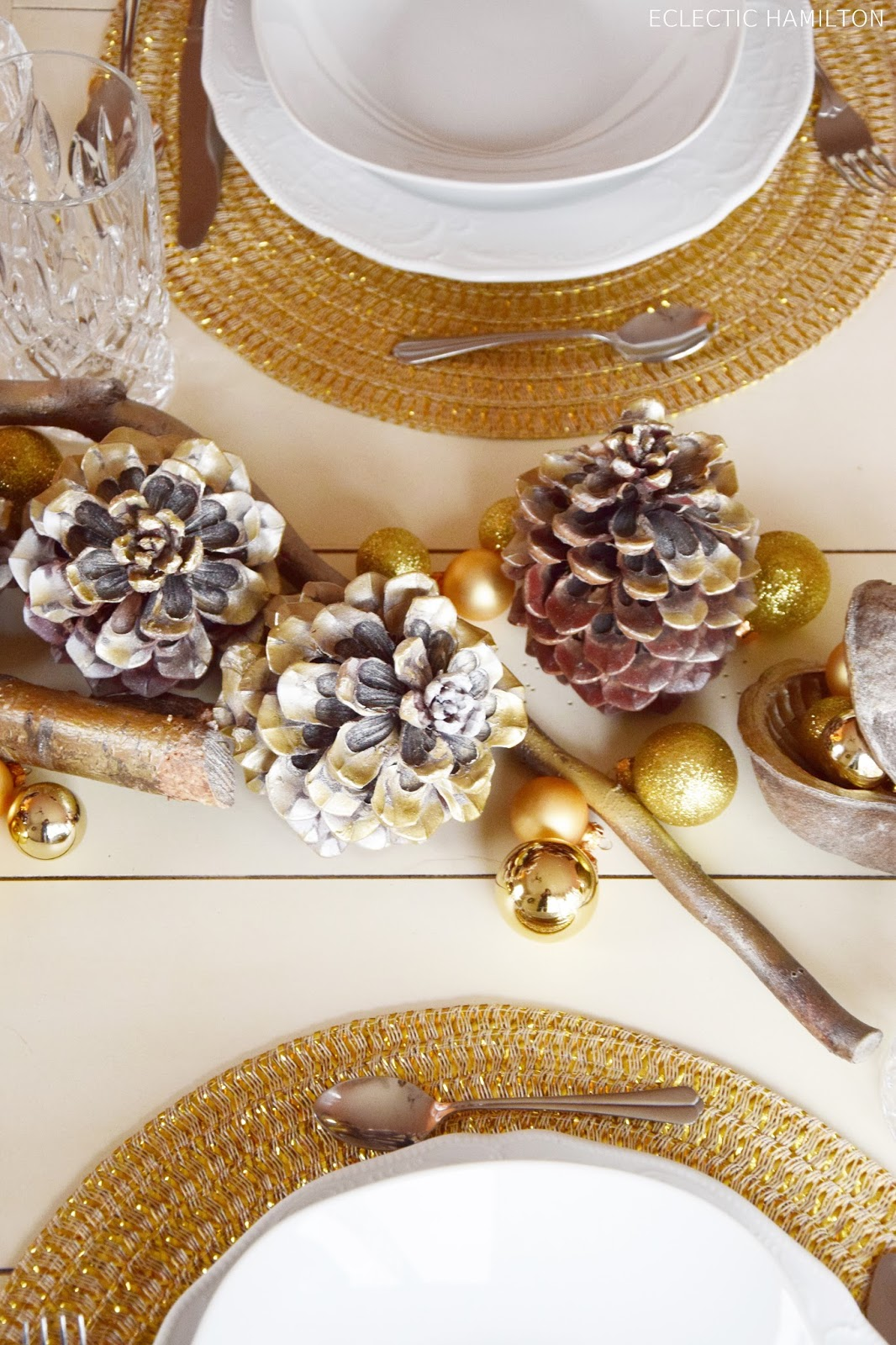 Tischdeko Weihnachten dekorieren basteln DIY Pinienzapfen weihnachtliche Dekoideen in Gold für Tisch und Esszimmer