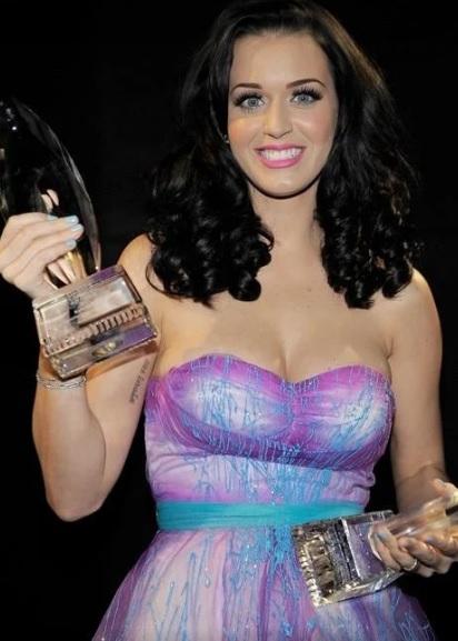 Foto de Katy Perry feliz con premio