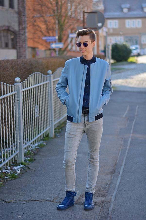fashionblogger auf einem gehweg  mit einem blauen Outfit