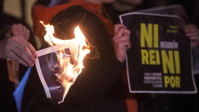 Miembros y simpatizantes de la CUP quemaron fotos del Rey en solidaridad con los cinco investigados por quemar fotos del Monarca (Quique García / EFE)