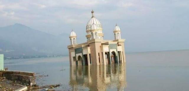 Masya Allah, Masjid Ini Tetap Berdiri Utuh di Laut Pasca di Terjang Tsunami