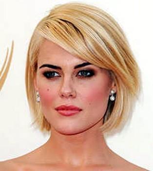 Model rambut poni samping untuk wajah berdagu panjang