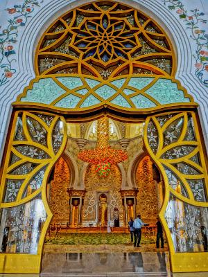 Pintu masuk bagian utama Sheikh Zayed Grand Mosque