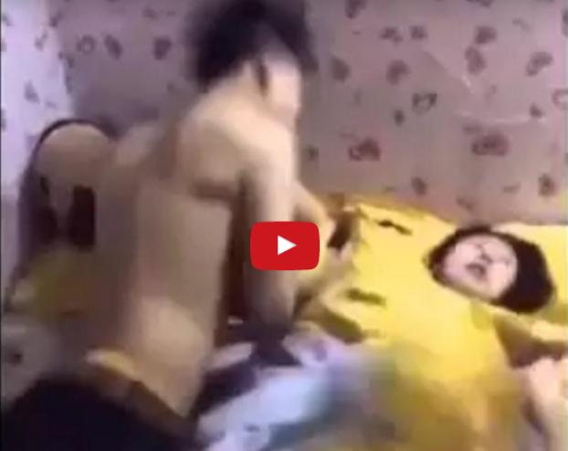 شاهدوا ماذا فعل هذا الزوج مع زوجته وهي نائمة ! استغل نومها العميق وفعل ما لا يمكن ان يفعله معها وهي مستيقظة!