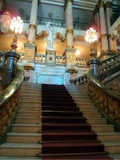 Escadaria Principal do Teatro Municipal do Rio de Janeiro. Escultura de Apolo, no topo