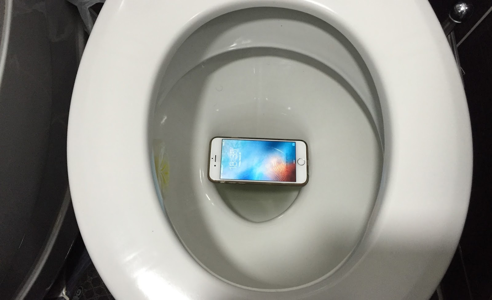 i dropped my iphone in water dropped iphone in toilet or water here s how to save it 19282