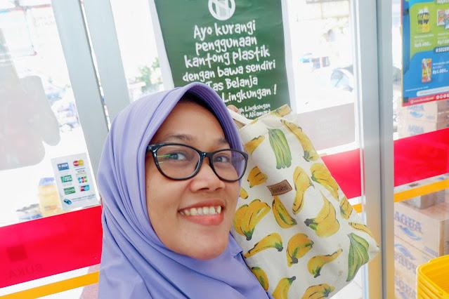 berfoto dengan tote bag di alfamart