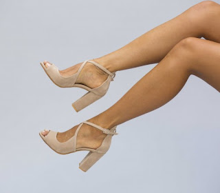 sandale bej cu toc gros inalt, piele intoarsa