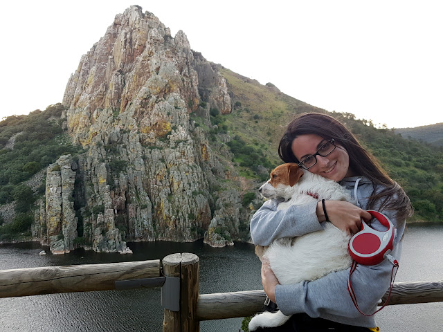 Amy y Lena frente al Salto del Gitano en el P.N. de Monfragüe