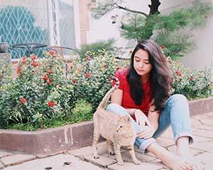 Yasamin Jasem Bersama Kucing