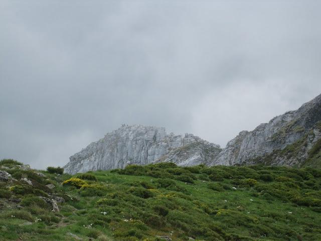 Rutas Montaña Asturias: Entrando la niebla en el pico Faro