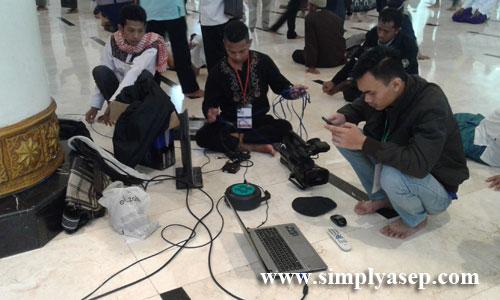 PERALATAN  : Panitia untuk urusan dokumentasi video dan kamera dan Layar lebar OHP yang kebagian sibuk agar acara subuh Akbar mulus dan lancar . Foto Asep Haryono