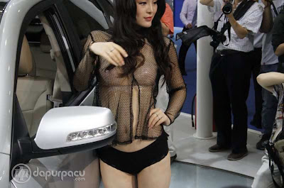 Foto Model Kia Motors Dengan Kostum Transparan