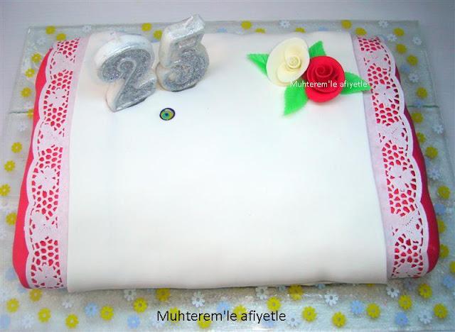 bir yastıkta pastası