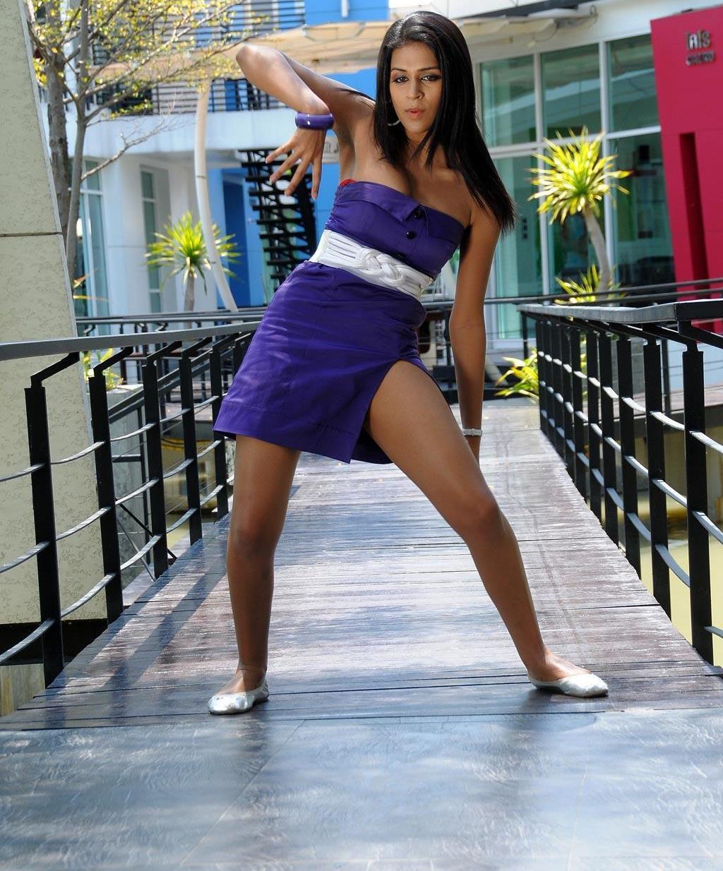 Shraddha Das Bending Down & Showing Hot Cleavage Thigh