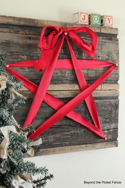 Estrella hecha con lazo rojo