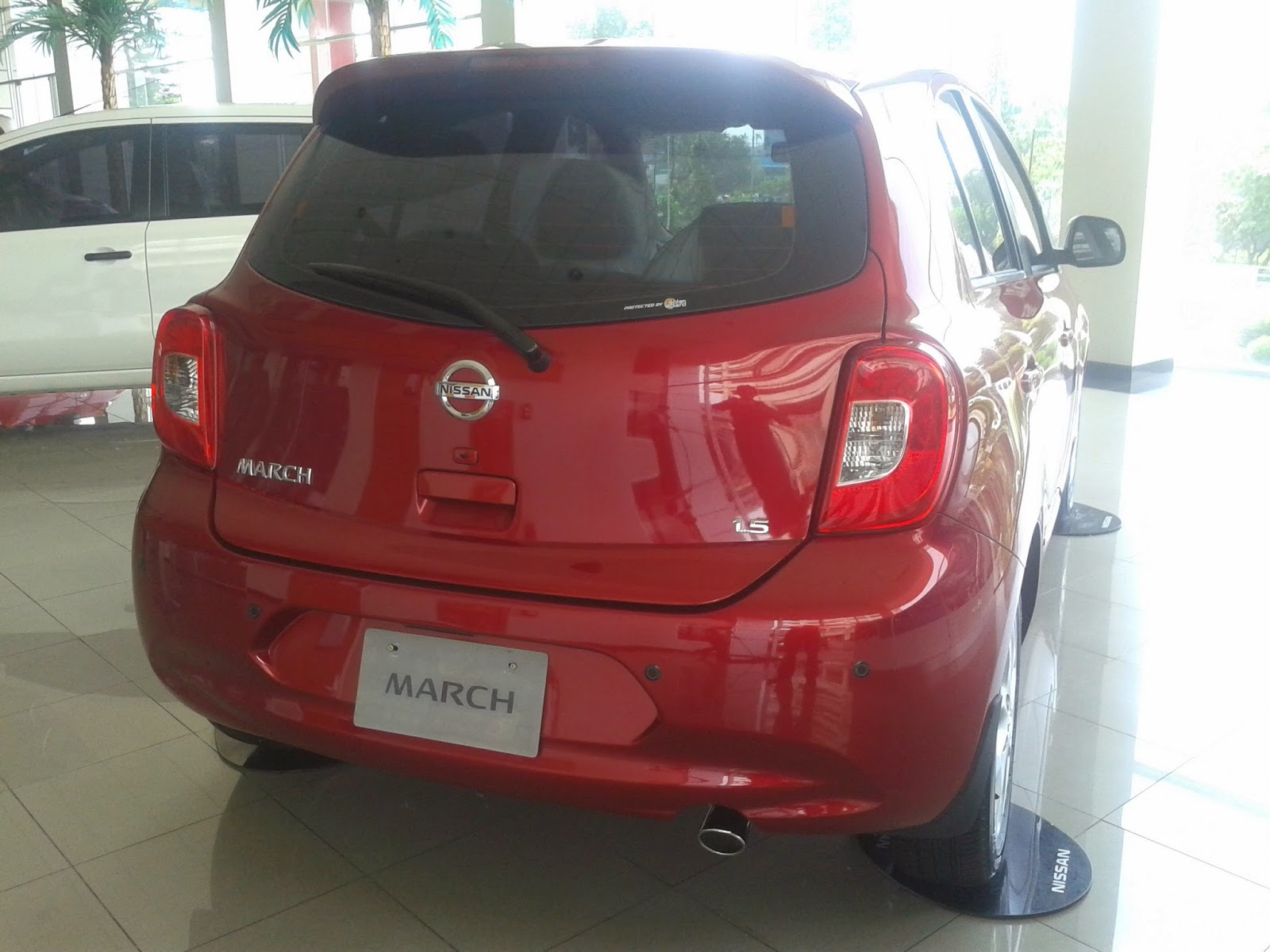 Eksterior Nissan March Merah