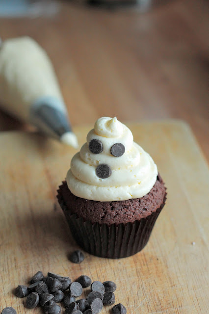 A simple Hallowe'en Treat that all the family can help make, a soft chocolate cupcake with vanilla buttercream ghosts!!! goodfoodshared.blogspot.com