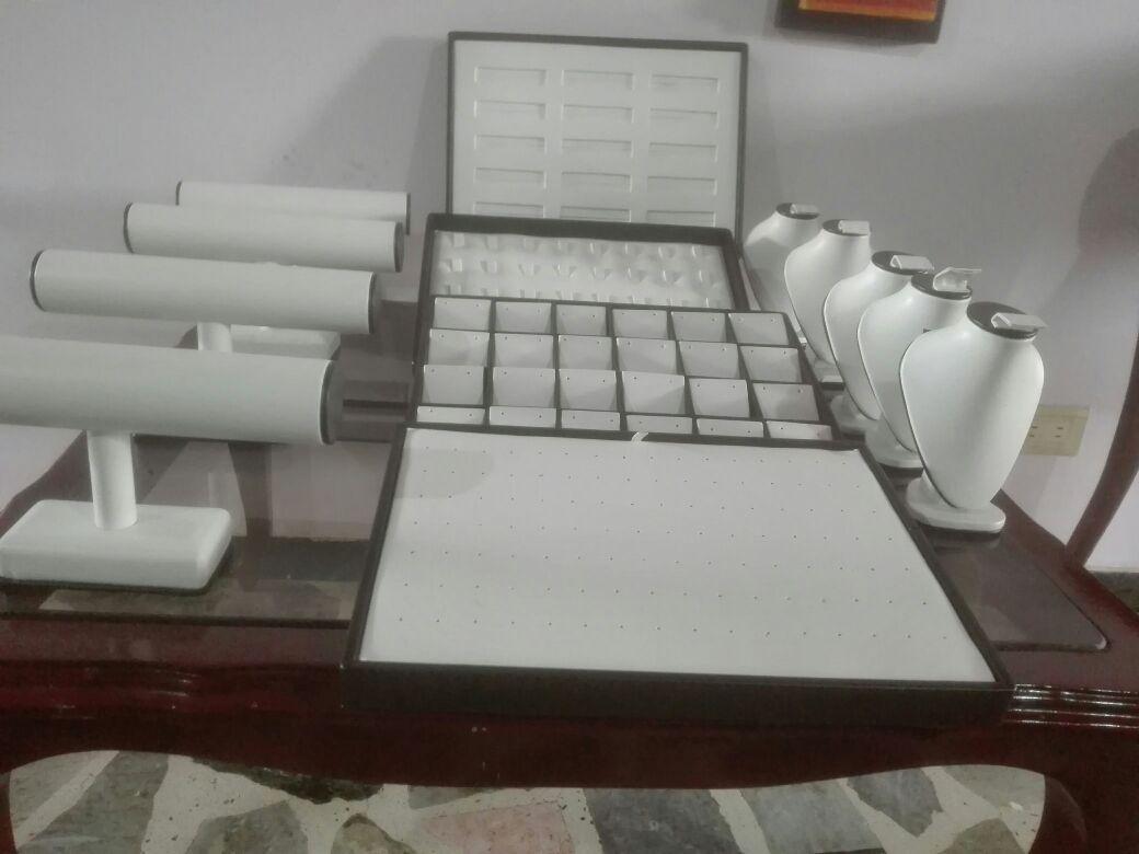 8e3a1477d38a Exhibidores para pulseras sencillos o multiples en el material estilo y  color que mas se adapte a sus necesidades.