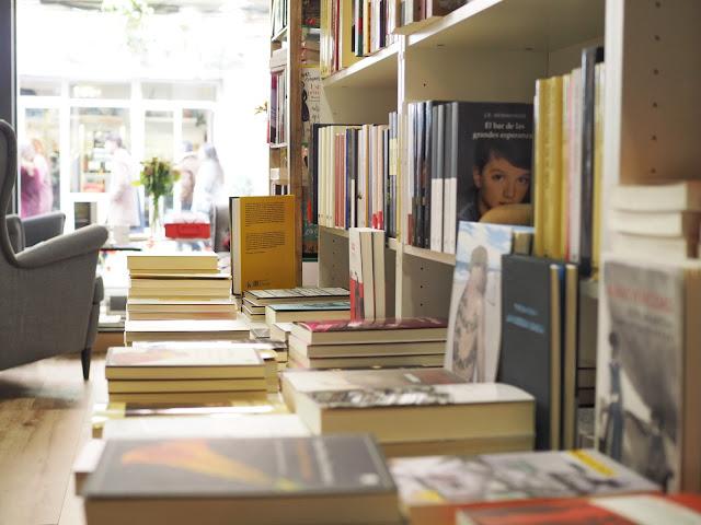 Colección de libros en la librería Amapolas en octubre con el escaparate al fondo