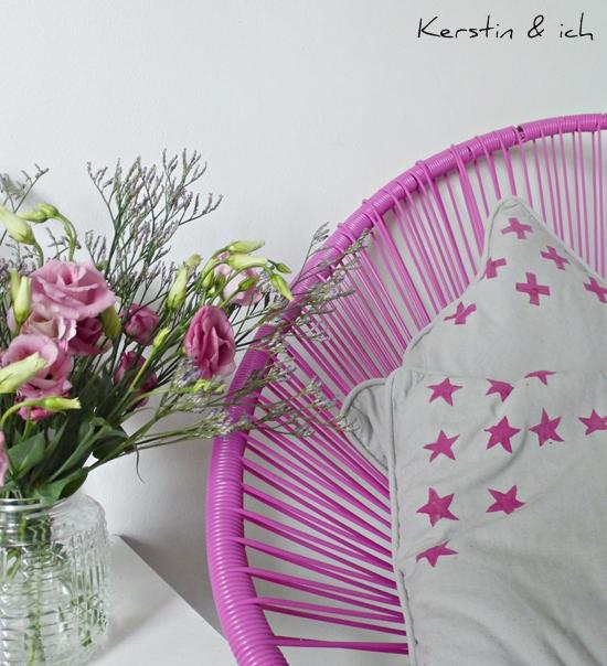 Dekoration mit Blumen, Acapulco-Chair und DIY-Kissen mit Kartoffeldruck