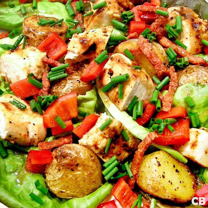 Maaltijdsalade van gegrilde kip en in de oven geroosterde krieltjes