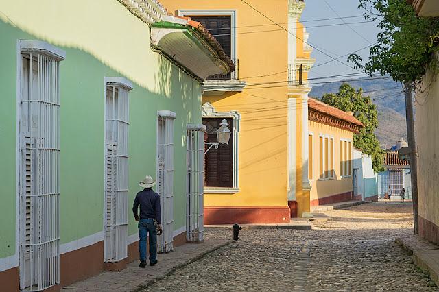 Cowboy marchant dans une rue de Trinidad (Cuba)