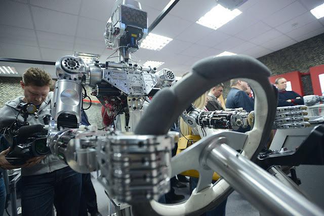 Rusia presenta el prototipo de un robot humanoide para paseos espaciales a control remoto. Créditos:Sergey Mamontov / Sputnik