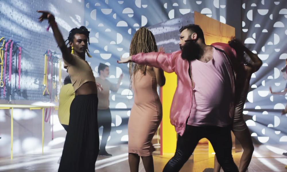 Com campanha lacradora, Avon lança cosmético sem gênero, idade ou raça