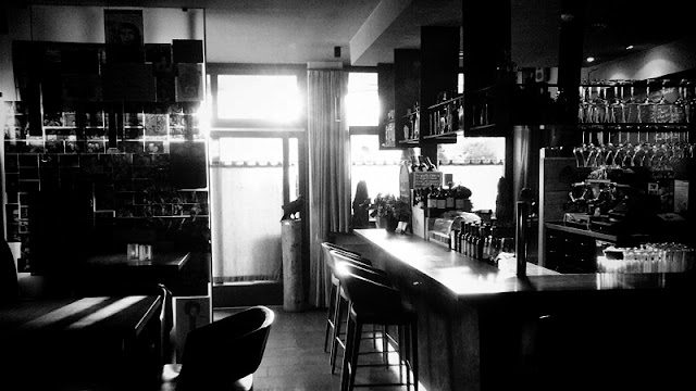 Fotografia in bianco e nero di wine bar