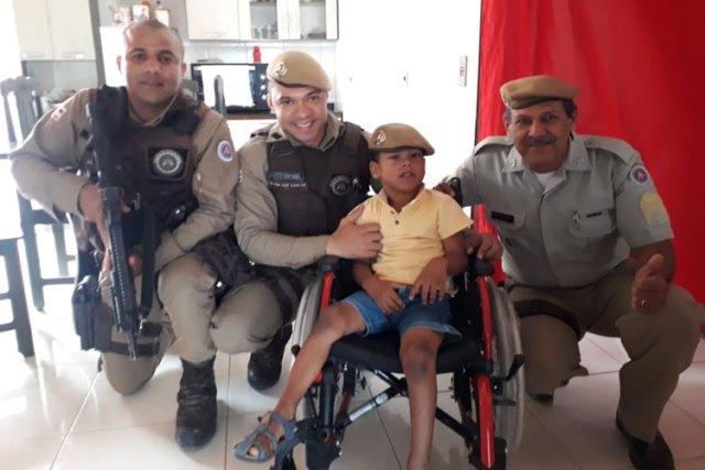 Barra da Estiva: Criança realiza sonho e recebe cadeira de rodas da Polícia Militar