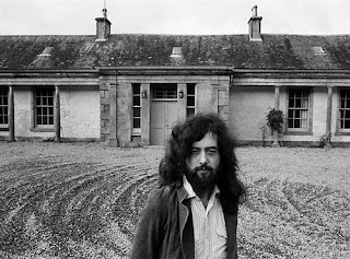 Jimmy Page na Frente da Boleskine House