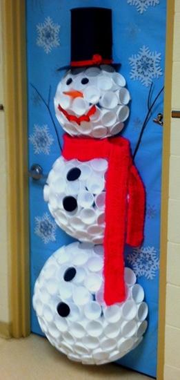 hacer un frosty de vasos, decorativos navideños para puertas, adornos de navidad para puertas, puertas navideñas con bonita decoracion, decoracion para puertas de navidad, decorar navidad con reciclaje, decorar las puertas con vasos desechables