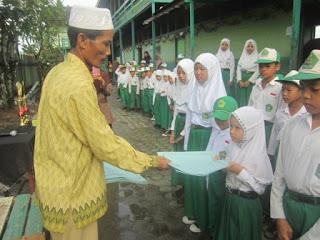 Penyerahan Piagam Penghargaan Kepada Utusan Lomba MILAD MTs Muhammadiyah 5 Banjarmasin