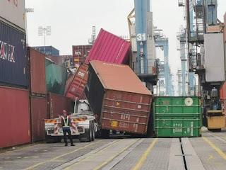 Kecelakaan Crane Container Putus Menimpa Truk Scania