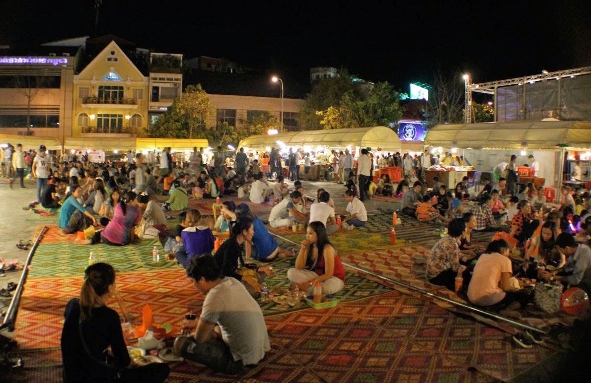 Cuối khu chợ đêm Phnom Pênh là Khu vực mọi người tập trung ăn uống
