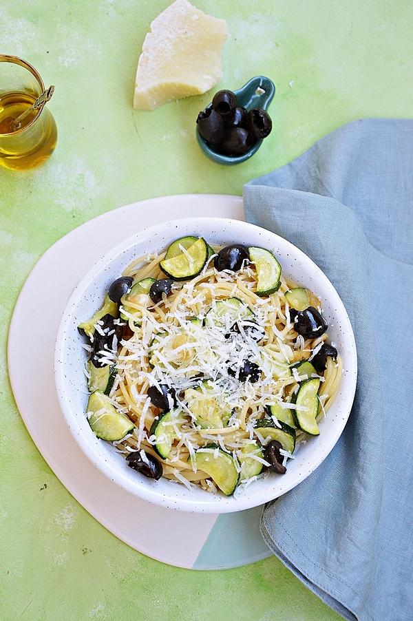 Makaron z cukinią i oliwkami