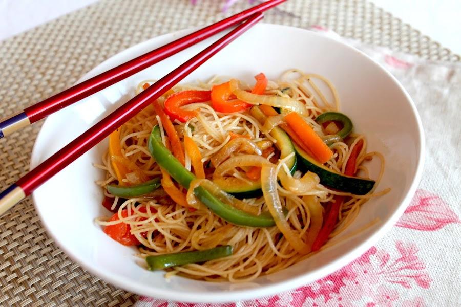 wok de fideos chinos con verduras chow mein