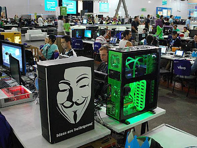 símbolo do movimento hacker Anonymous presente no computador no Campus Party Brasil 2012