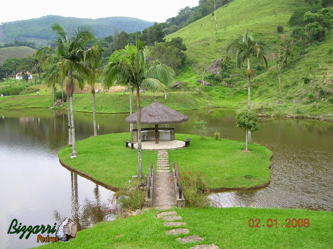 Nesse sítio em Nazaré Paulista-SP executamos s construção do lago com uma ilha no meio com a ponte de pedra, o quiosque de piaçava com caminho de pedra moledo.