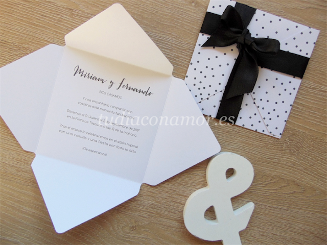 Invitación de boda bonita y original con forma de sobre y topos en blanco y negro