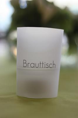schilder mit Tischnamen Hochzeit in Grün und Weiß im Riessersee Hotel Garmisch-Partenkirchen Bayern, Regenhochzeit im Sommer, Wedding Bavaria - wedding green white