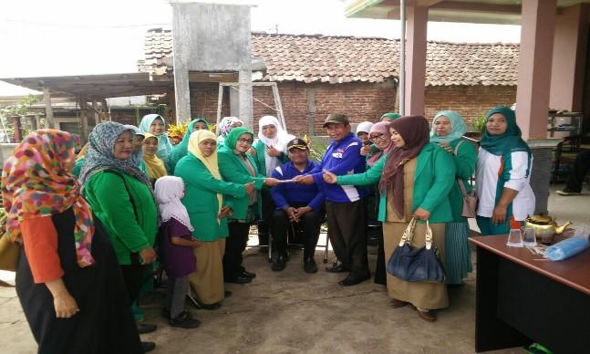 """Indikatormalang.com - Ketua Fatayat NU Kabupaten Malang Nur Mutiah Faridah, S.Ag beserta rombongan mengunjungi lokasi bencana puting beliung di Kecamatan Singosari dan Jabung (21/3/).  Dalam kunjungannya tersebut, selain memberikan dukungan moril kepada para korban bencana, kunjungan tersebut jugs dalam rangka  menyerahkan bantuan berupa semen dan sejumlah dana dari anggota Fatayat.  """"Semoga bantuan tersebut bisa meringankan warga yang terkena bencana"""" ungkap Mutiah.  Diberitakan sebelumnya, bencana puting beliung menghantam dua desa di Kabupaten Malang. Puluhan rumah di desa Wonorejo Singosari dan Kemantren Jabung mengalami kerusakan."""