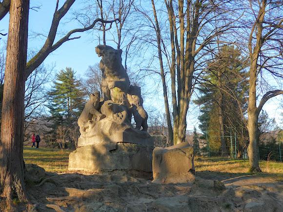 Чинадієво. Замок графа Шерборна. Скульптура ведмедів