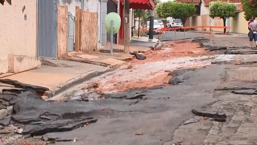 Tempestade em Catanduva alaga avenida e arranca o asfalto