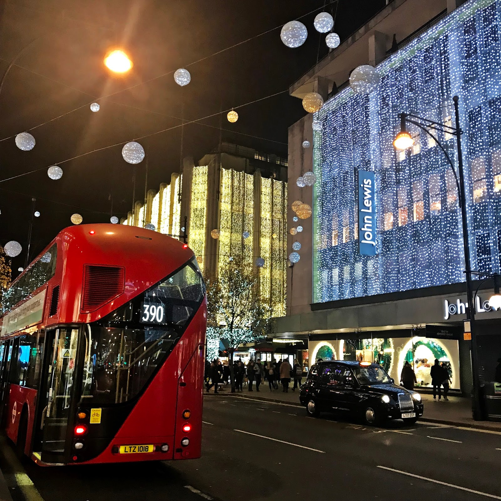 spacer oxford street nocą