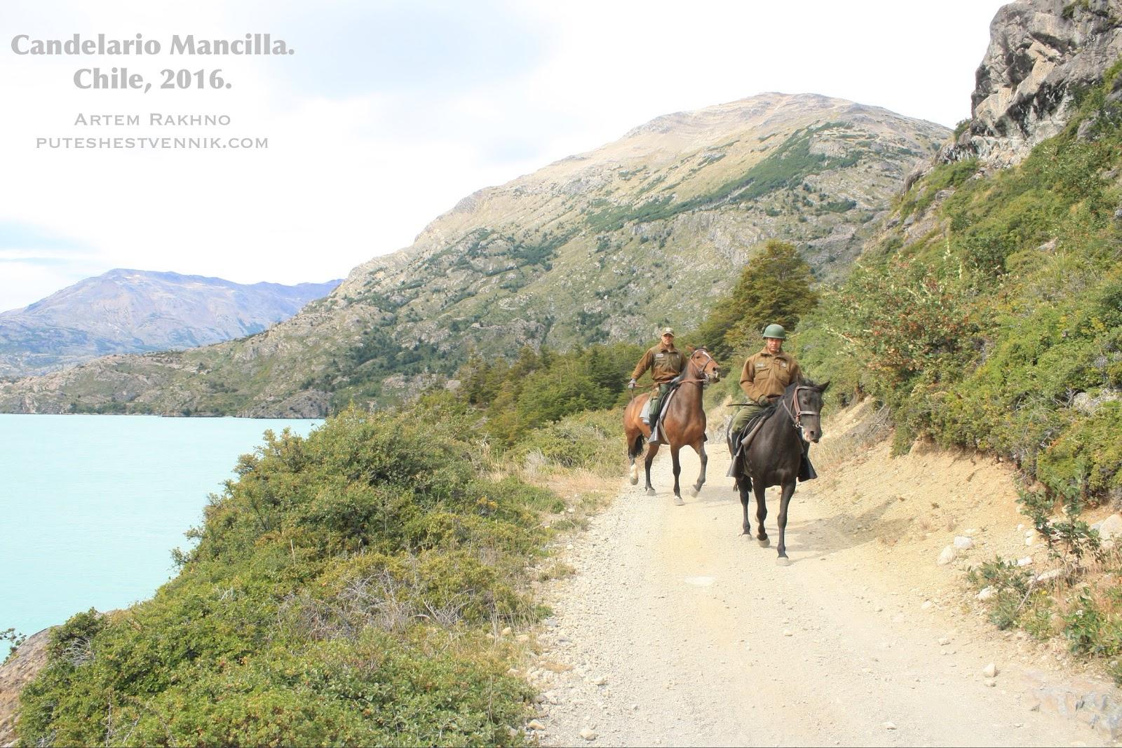 Карабинерос едут на лошадях по дороге