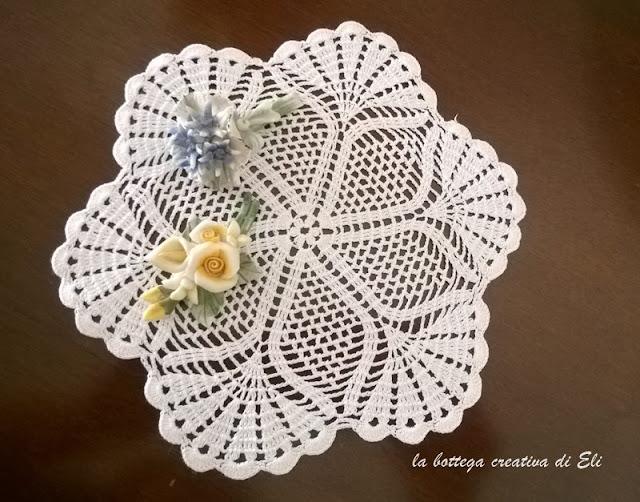 centrino-ad-uncinetto-piccolo-fiore