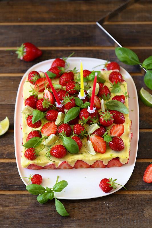 Gâteau d'anniversaire aux fraises et citron vert (sans gluten)
